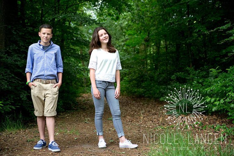 broer en zus shoot op het bospad