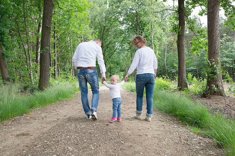 familie-fotoshoot-lage-vuursche-bossen-Nicole-Langen-Fotografie-12