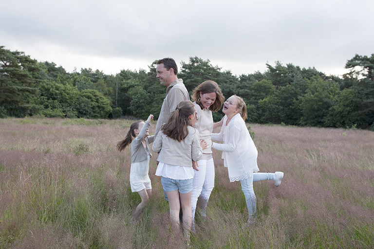 gezinsshoot-in-het-gras-nicole-langen-fotografie