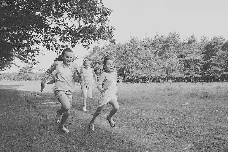 rennende-zusjes-op-de-heide-gezinsshoot