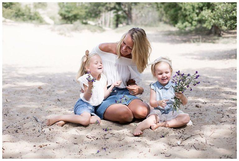 gezinsfotografie-kennemerduinen-samen-met-mama-bloemen-plukken