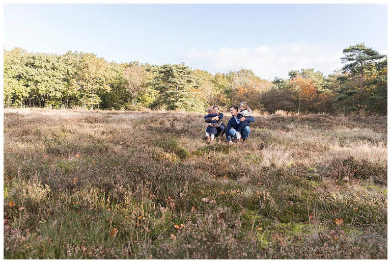 gezinsshoot-bussum-samen-knuffelen-heide-nicolelangenfotografie