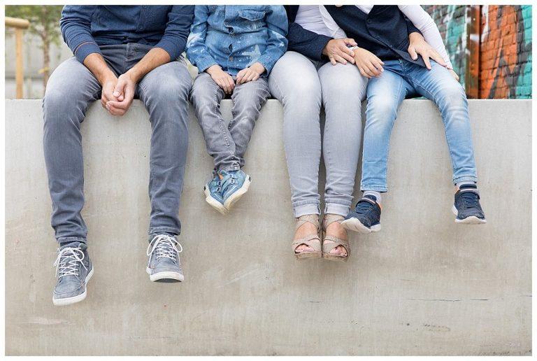 even chillen met de benen over de muur tijdens de gezinsshoot amersfoort bij de nieuwe stad