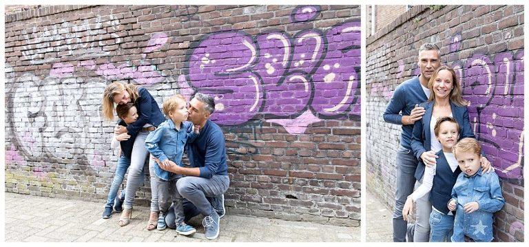 samen voor de graffiti muur bij de nieuwe stad voor de gezinsshoot amersfoort
