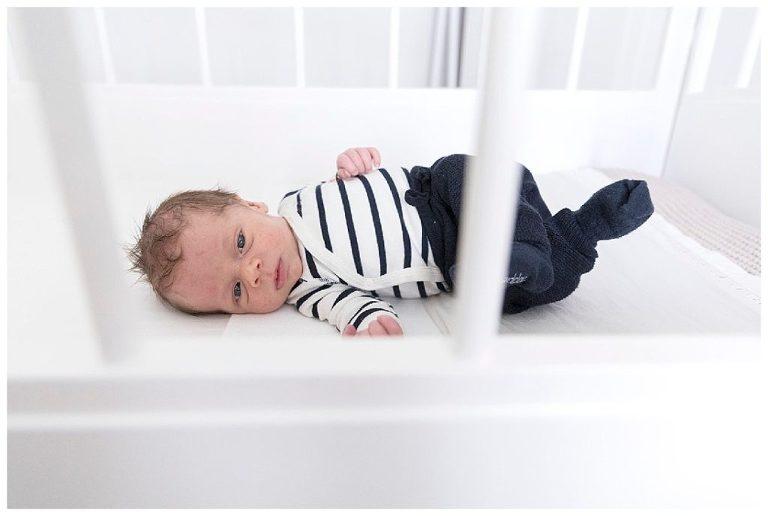 wakkere newborn james in wiegje
