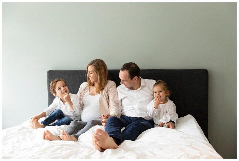 Zwangerschapsshoot Bussum met de kinderen op bed door lifestylefotograaf Nicole Langen Fotografie.