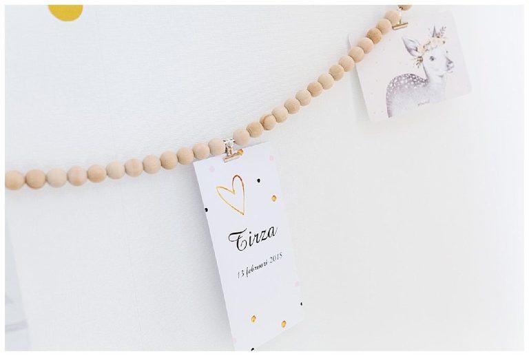 geboortekaartje newborn Tirza aan een houten slinger