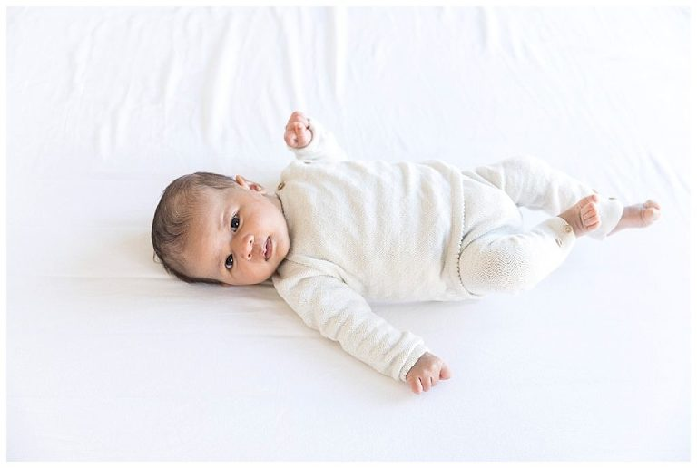 newborn baby meisje liggend op bed ouders