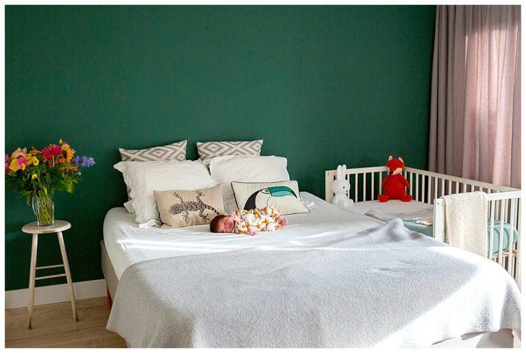 Newbornshoot van Jonah, liggend op bed . Fotograaf Nicole Langen Fotografie
