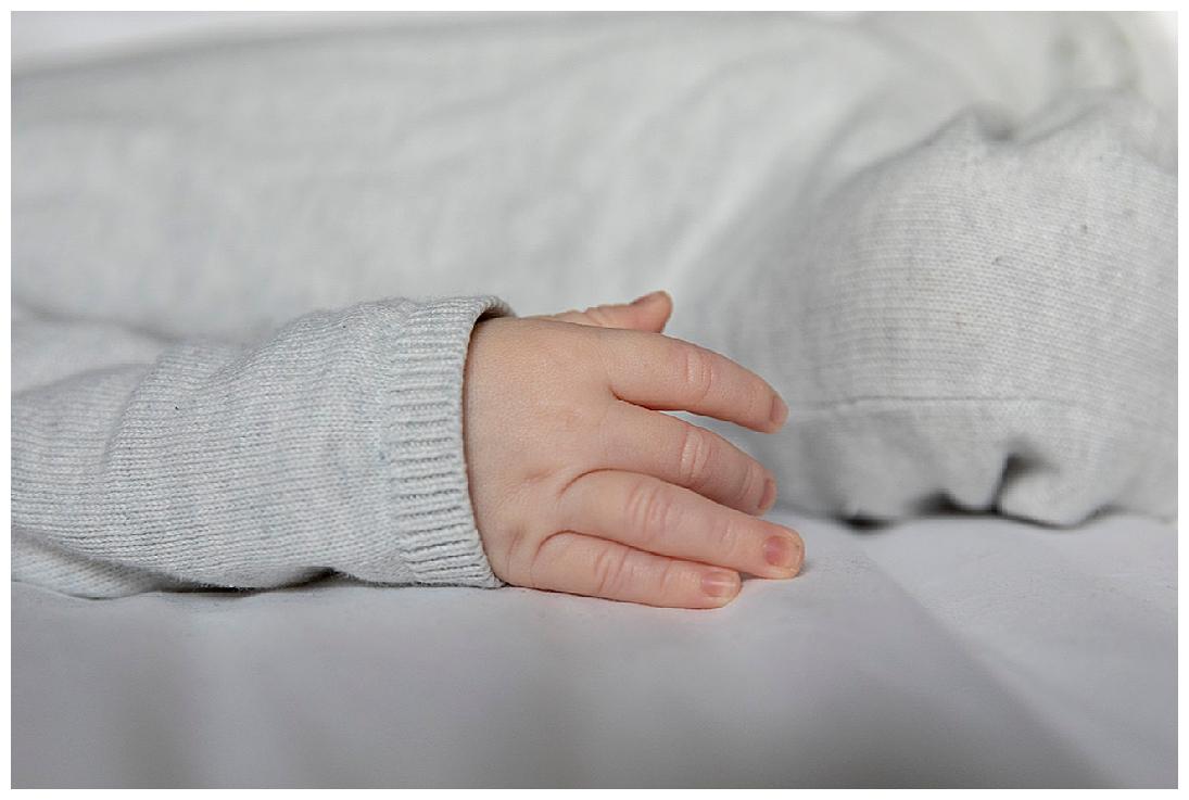 close up van een babyhandje