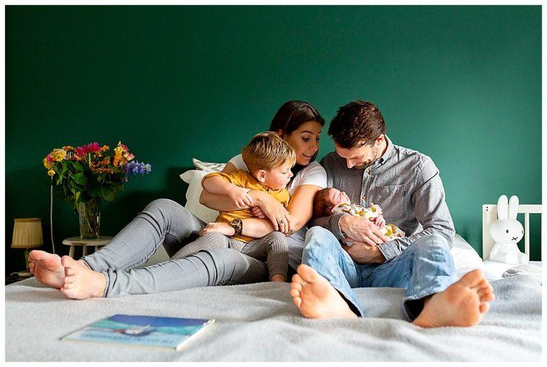 Newbornshoot Jonah met het gezin. Fotograaf Nicole Langen Fotografie