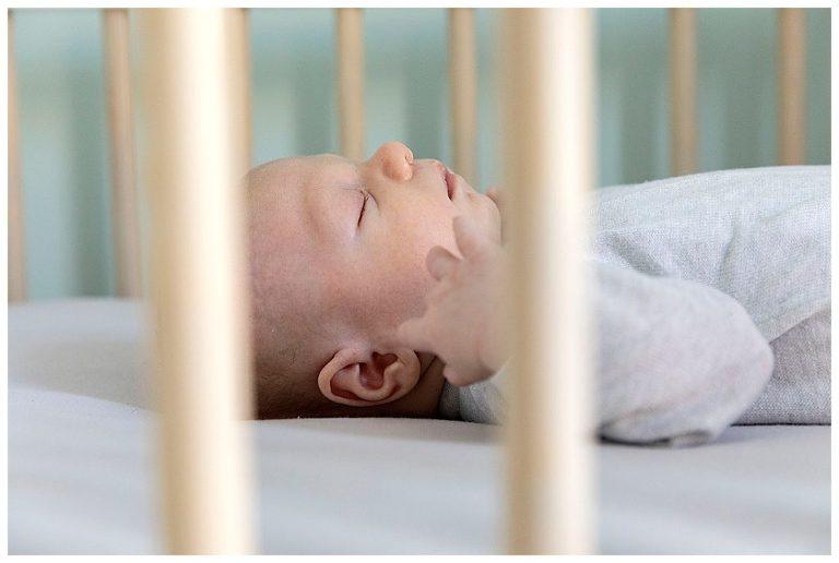 slapende baby in zijn bedje