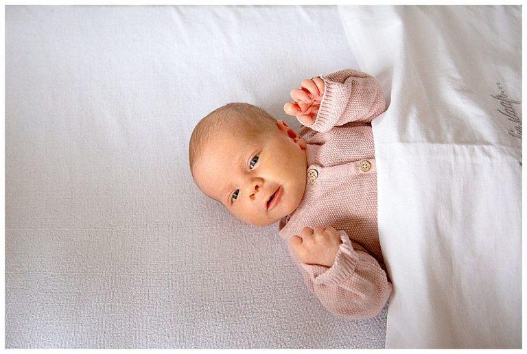 baby ymke tijdens de newbornfotografie shoot in bussum liggend in haar bedje