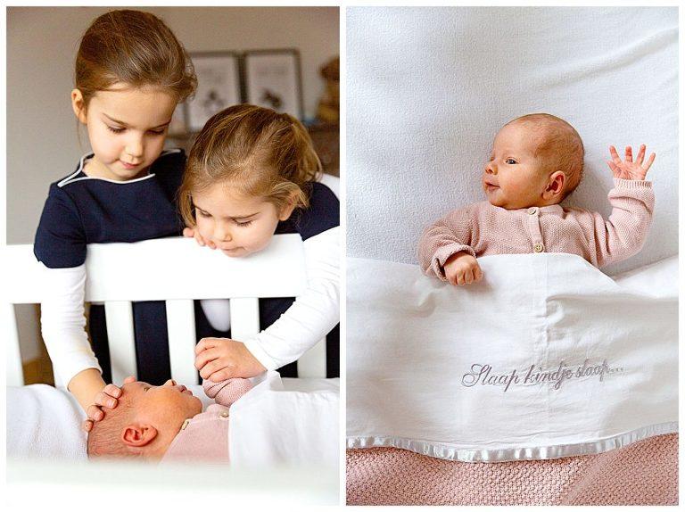 zusjes kijken over de wieg van de baby tijdens de newbornfotografie thuis in bussum