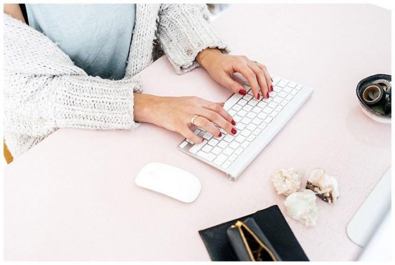 Vrouw typt op toetsenbord om haar digitale bestanden te ordenen.