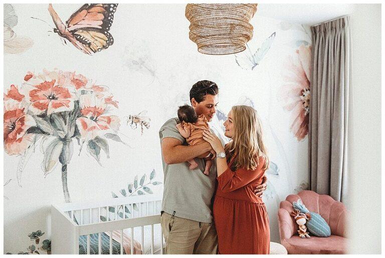 Ouders knuffelen hun pasgeboren baby in de babykamer.